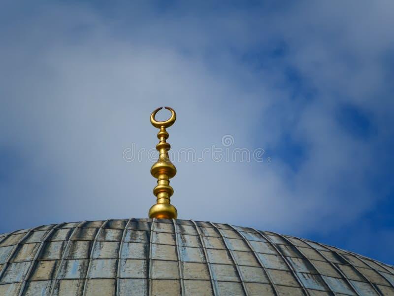 在圣索非亚大教堂清真寺的上面的新月形月亮在伊斯坦布尔 伊斯兰教的标志clouse 免版税库存图片