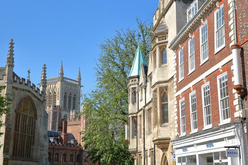在圣约翰斯街上的门面有圣约翰` s学院和圣约翰` s在左边的学院的教堂 库存图片