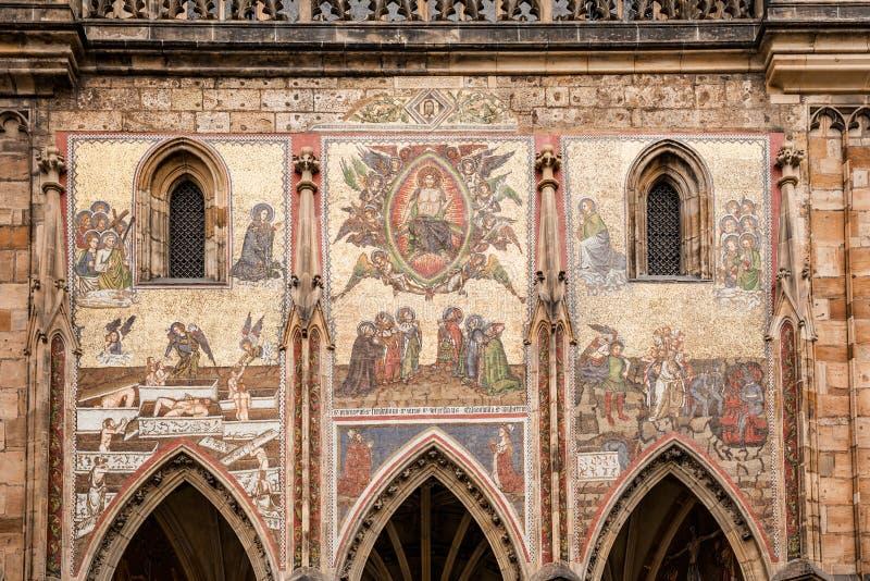 在圣维塔斯大教堂门面外视图的马赛克城堡复合体的在布拉格,捷克 免版税库存照片