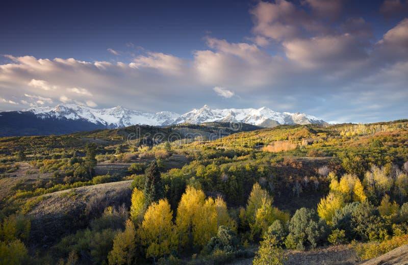 在圣胡安山脉和秋天达拉斯的秋天颜色的蓝天划分里奇韦科罗拉多,美国 免版税库存照片