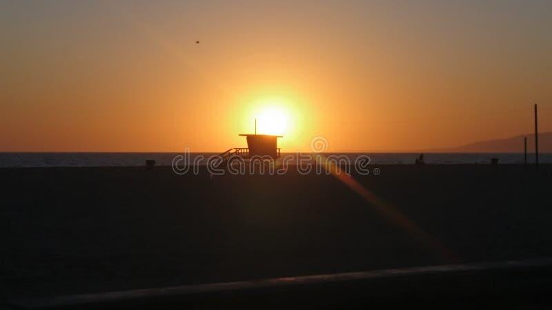 在圣莫尼卡海滩的惊人日落 库存图片