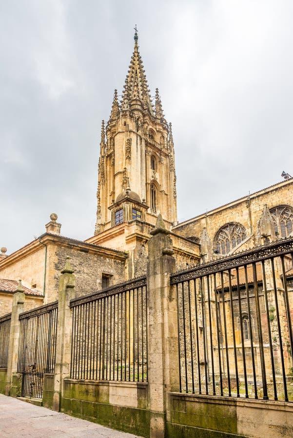 在圣萨尔瓦多大教堂钟楼的看法奥维耶多街道的在西班牙 免版税库存图片