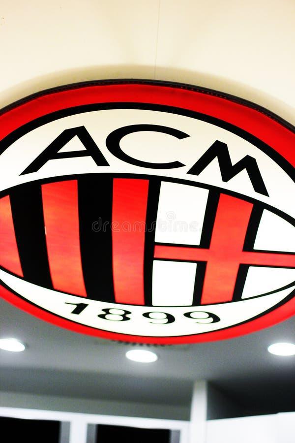 在圣西路球场博物馆的意大利AC米兰队商标 库存照片