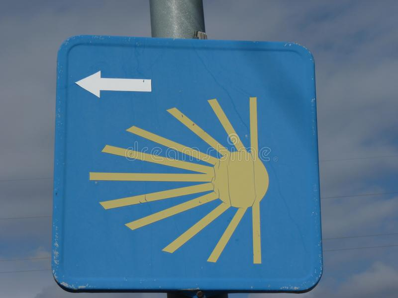 在圣詹姆斯` Jakobsweg `或` Camino圣地亚哥`途中的Roadsign向孔波斯特拉的圣地牙哥 免版税库存图片