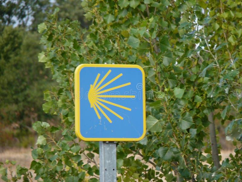 在圣詹姆斯` Jakobsweg `或` Camino圣地亚哥`途中的Roadsign向孔波斯特拉的圣地牙哥 图库摄影