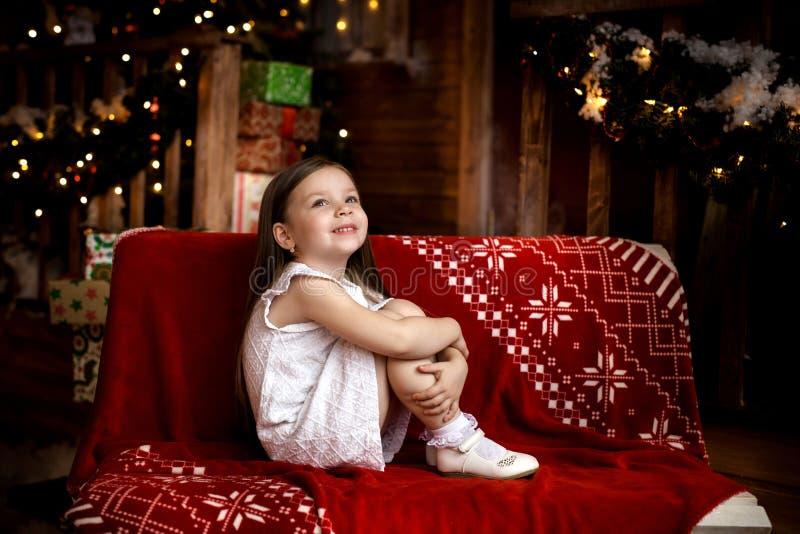 在圣诞夜等待圣诞老人的一个小女孩图片
