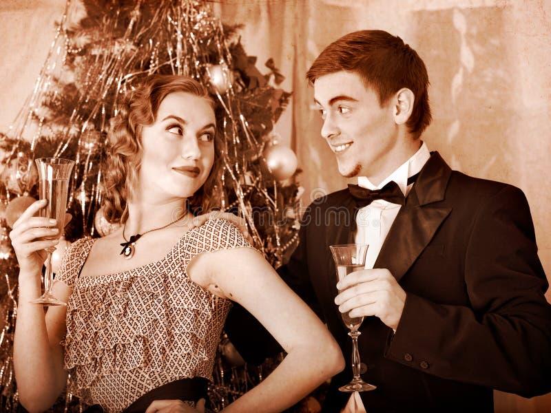 在圣诞晚会的夫妇。 黑白减速火箭。 免版税库存图片