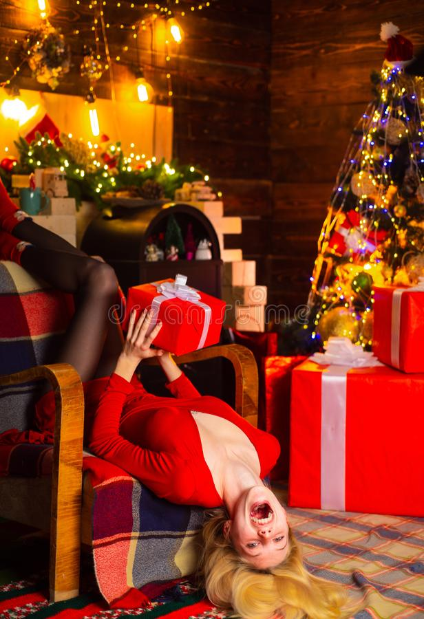 在圣诞树内部冬天的装饰附近的女孩 快乐的夫人在礼服公司圣诞派对中 E 免版税库存照片