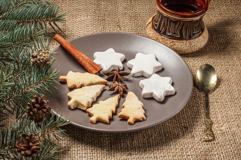 在圣诞树和星的姜饼曲奇饼在板材塑造 库存照片