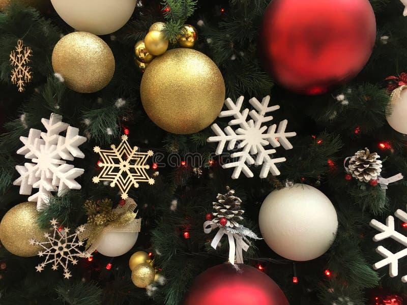 在圣诞树对象冬天传统背景的雪花金黄圣诞节球 免版税库存图片