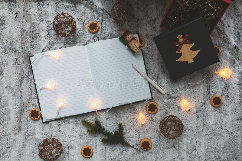 在圣诞树玩具背景的笔记本  诗歌选 在视图之上 文本的空间 免版税库存图片