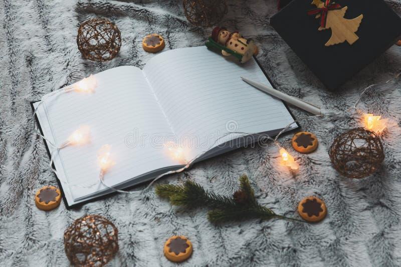 在圣诞树玩具背景的笔记本  诗歌选 在视图之上 文本的空间 库存照片