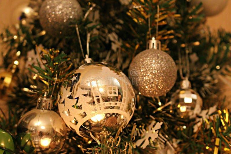 在圣诞树的圣诞节装饰品 免版税库存照片