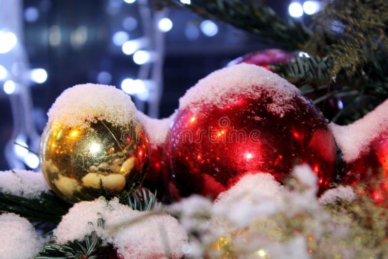 在圣诞树的圣诞节装饰在红色和金子上色撒布与光,特写镜头 免版税库存照片