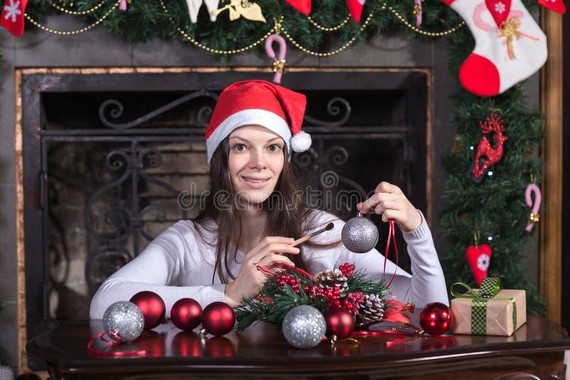 在圣诞树的妇女 免版税库存图片