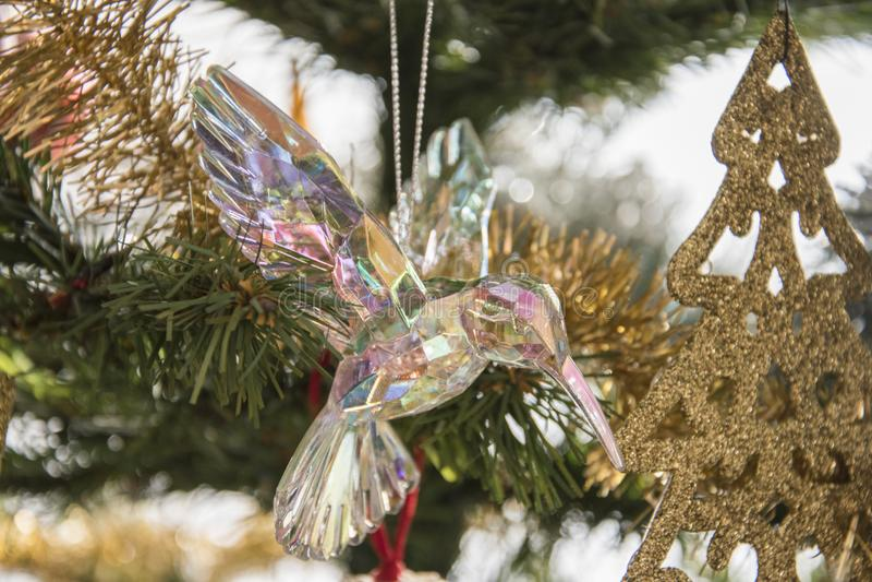 在圣诞树的玻璃哼唱着鸟装饰品 美丽的holida 免版税图库摄影