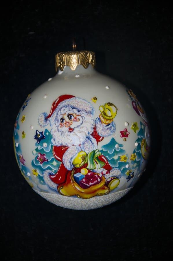 在圣诞树的白色球 克劳斯・圣诞老人 黑色背景 图库摄影