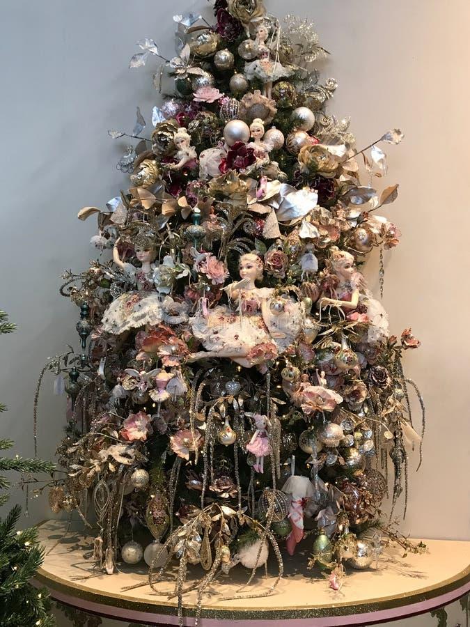 在圣诞树的矮子 与球,花,矮子的浪漫圣诞树在轻淡优美的色彩下 免版税库存照片