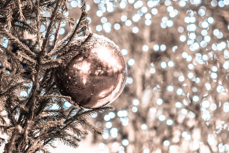 在圣诞树的积雪的装饰球 成为不饱和 图库摄影