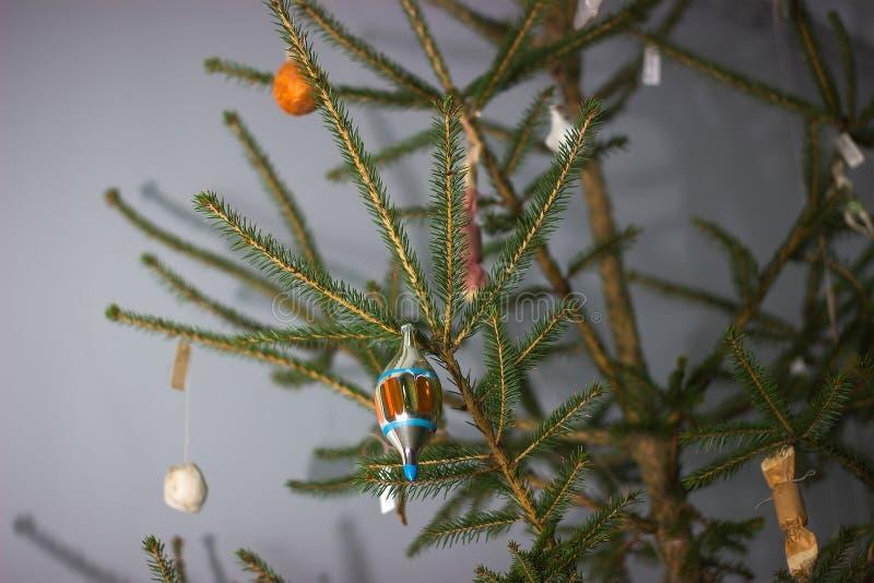 在圣诞树的苏联装饰吊 库存图片