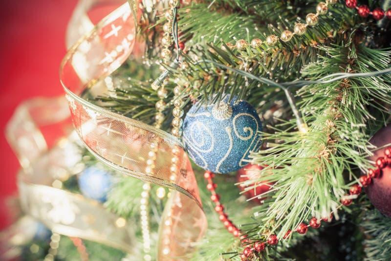 在圣诞树的装饰的球 免版税库存图片