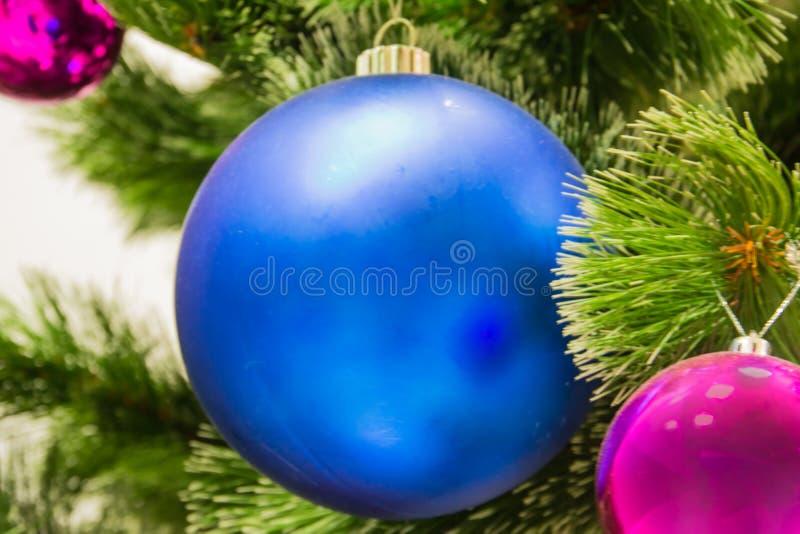 在圣诞树的装饰 一个大蓝色球 免版税库存照片