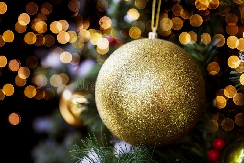 在圣诞树的金黄发光的闪烁的球 图库摄影