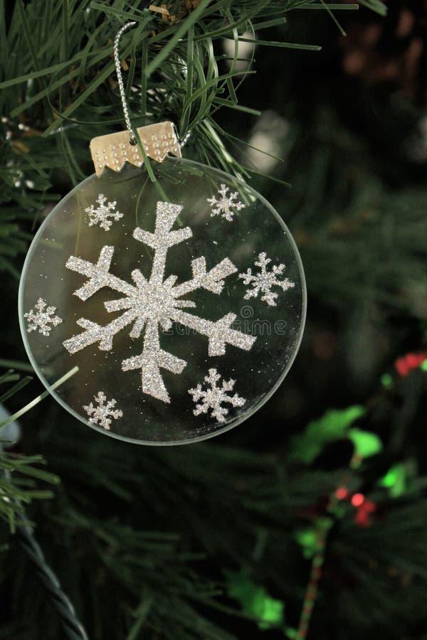 在圣诞树的银色雪花装饰品 库存图片