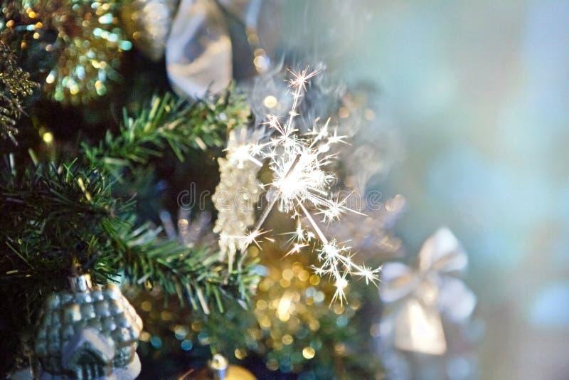 在圣诞树的闪烁发光物有被弄脏的背景 免版税图库摄影
