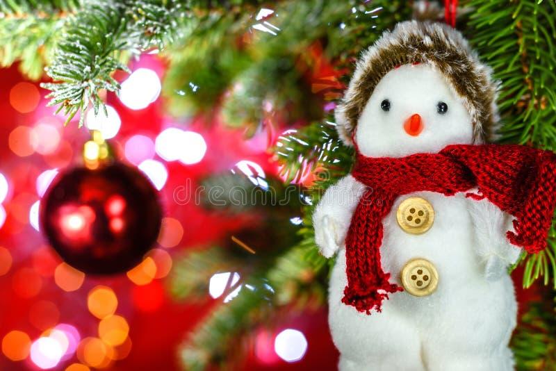 在圣诞树的雪人与装饰 库存图片