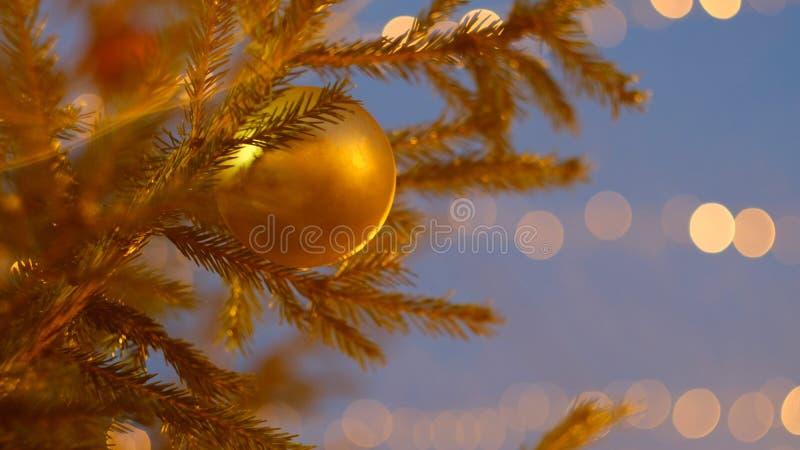 在圣诞树的黄色圣诞树玩具 免版税库存图片