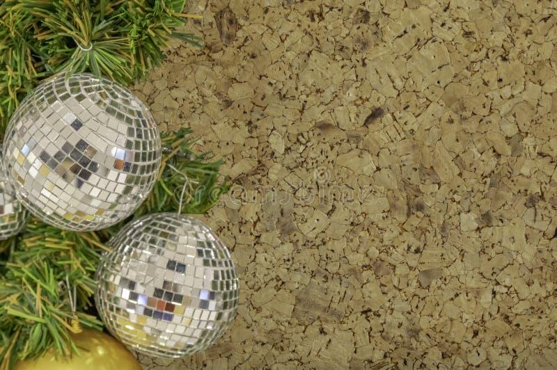 在圣诞树背景变紧密的sl的玻璃球装饰品 库存图片