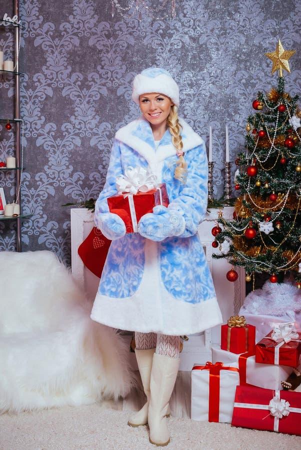 在圣诞树附近的俄语Snegurochka 免版税库存照片