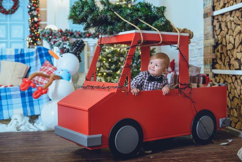 在圣诞树附近的小孩 免版税库存照片
