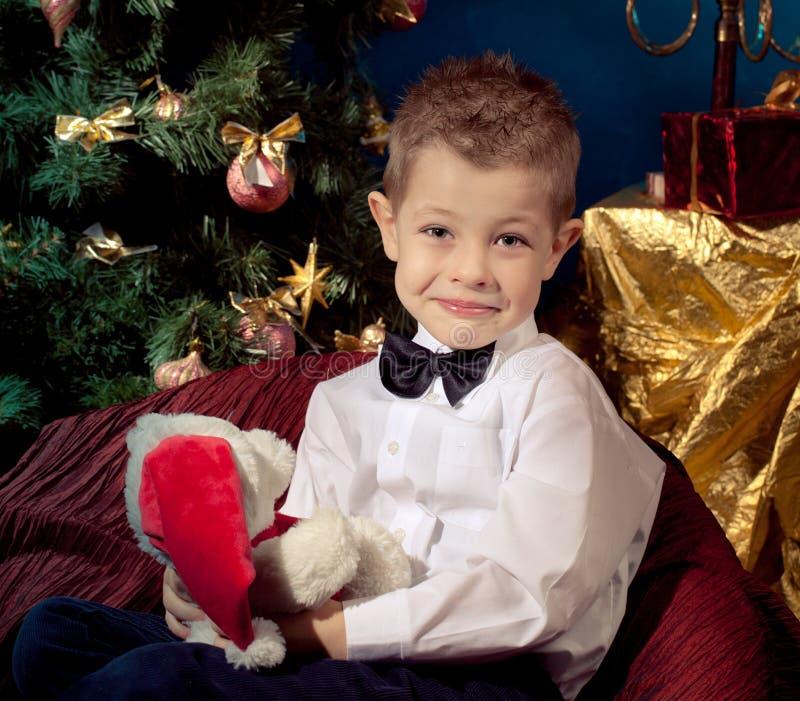 在圣诞树附近的小男孩 库存照片