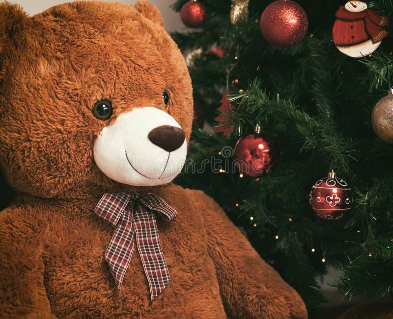 在圣诞树附近的玩具熊与礼物 免版税库存图片