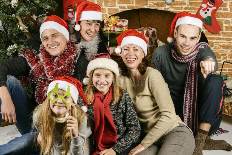 在圣诞树附近的青年人 图库摄影