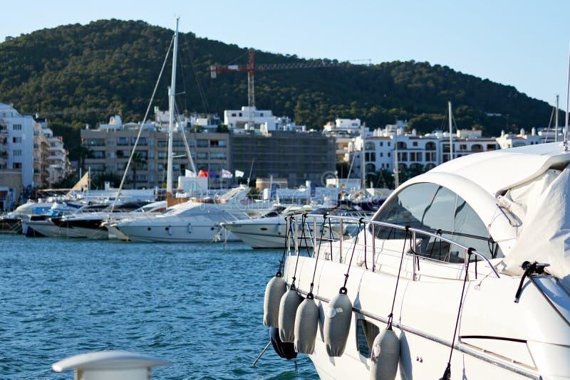 在圣诞老人尤拉莉亚港的被停泊的小船  ibiza 免版税库存照片