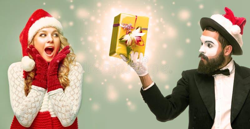 在圣诞老人帽子穿戴的女孩画象 免版税库存照片