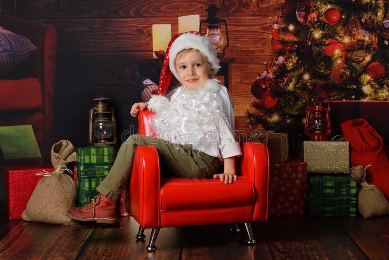 在圣诞老人的圣诞节打扮的男孩 库存图片