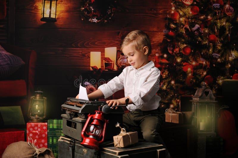 在圣诞老人的圣诞节打扮的男孩 免版税库存图片