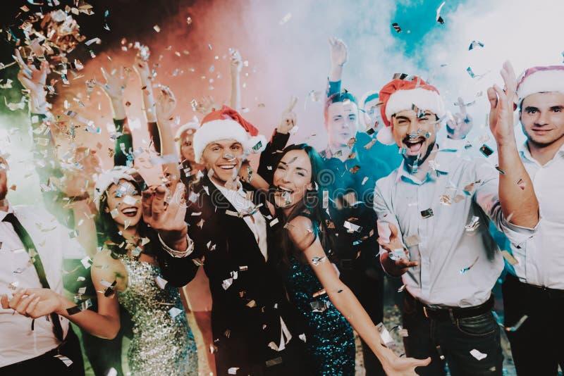 在圣诞老人盖帽庆祝新年的人 免版税图库摄影