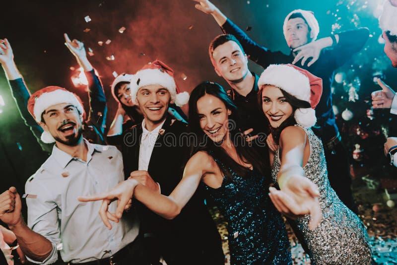 在圣诞老人盖帽庆祝新年的人 库存照片