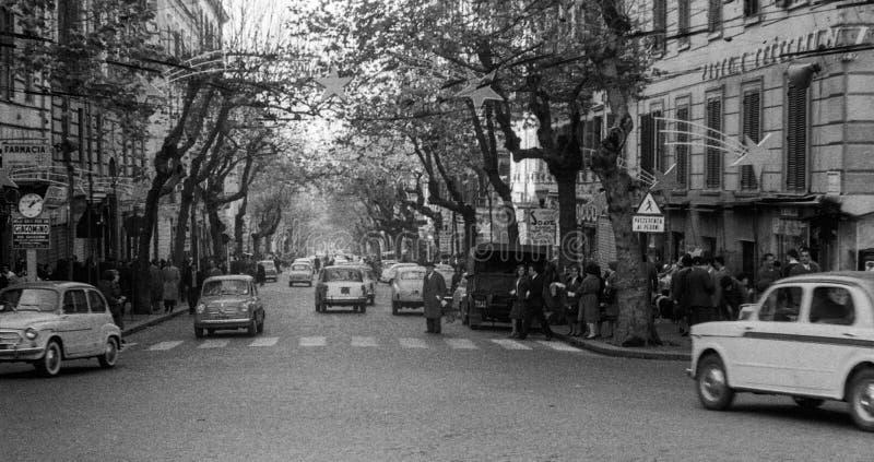 在圣诞节假日期间,那不勒斯,意大利,1959年-人们和汽车旅行通过斯卡拉蒂 免版税库存图片