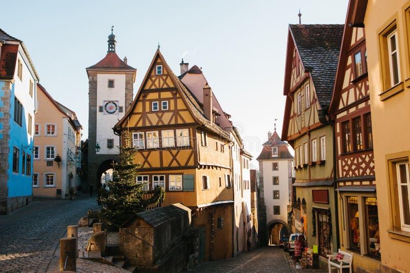 在圣诞节假日期间,在Rothenburg ob der陶伯的一条美丽的街道与德国样式的美丽的房子 库存图片
