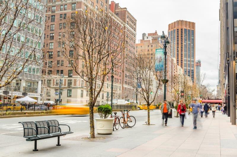 在圣诞节假日期间,路面的人们沿公园大道在曼哈顿中城 库存图片