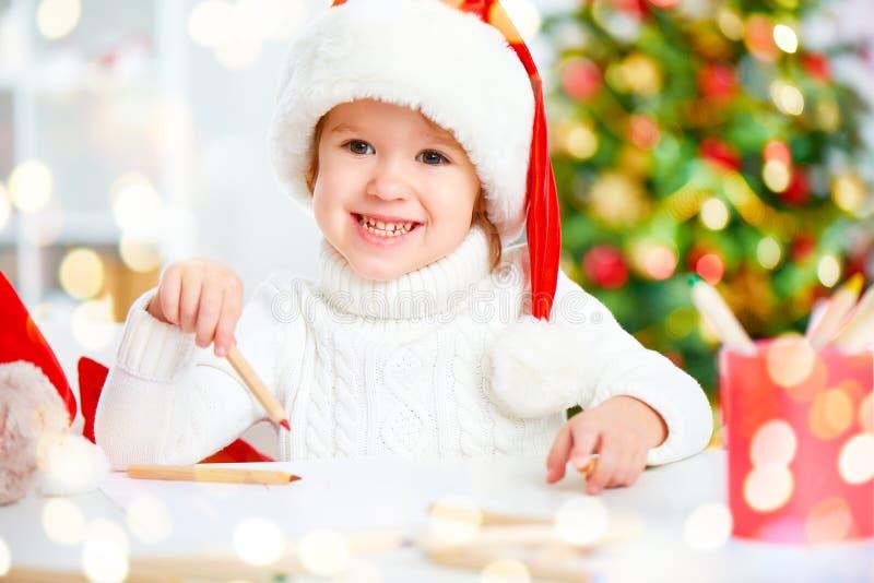 在圣诞节前的孩子给圣诞老人写一封信 图库摄影