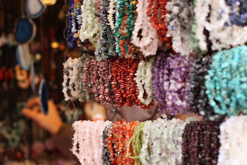 在圣诞节市场上的五颜六色的项链 免版税库存图片