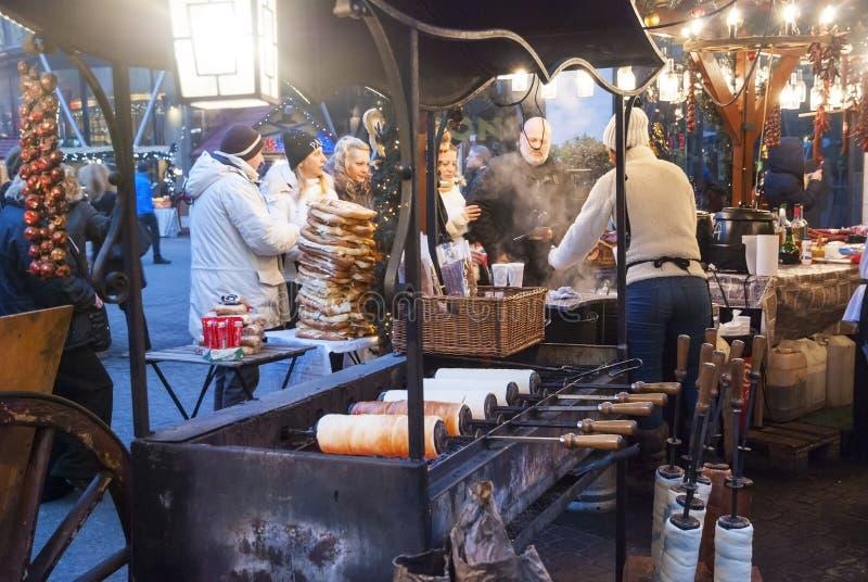 在圣诞节市场上的传统匈牙利kalach 库存照片