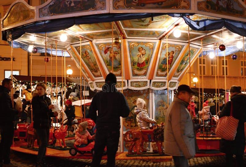 在圣诞节市场上的历史的儿童的转盘 免版税图库摄影